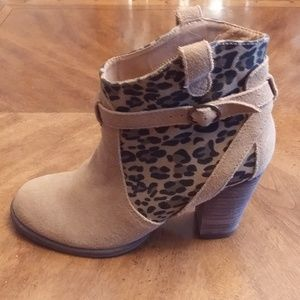 AMERICAN EAGLE OUTFITTERS TAN ANKLE BOOTS SZ 6